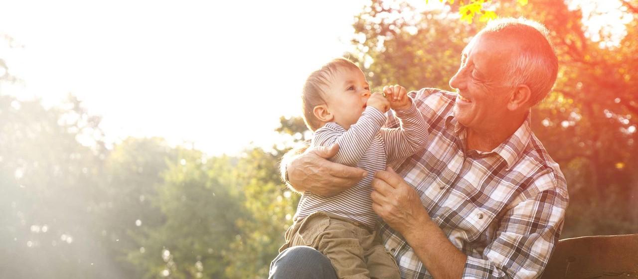 Opa mit seinem Enkel im Freien
