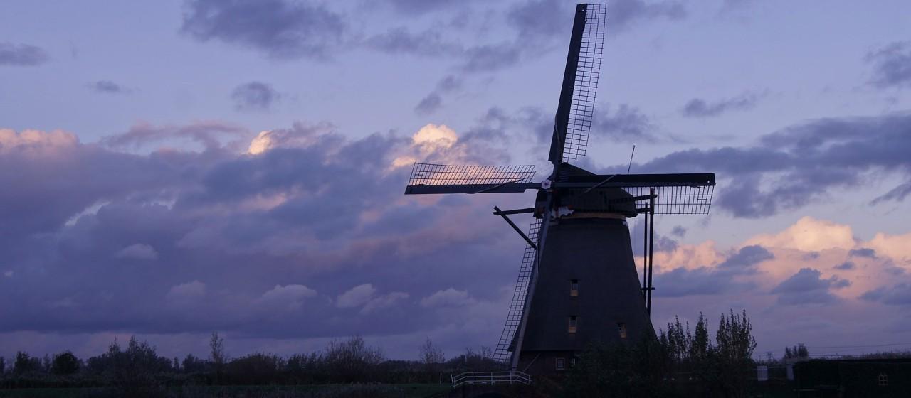 Windmühle in der Abenddämmerung