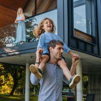 Junge Frau mit Kaffeetasse auf einer Fensterbank sitzend