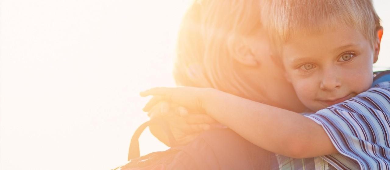 Junge umarmt Mutter