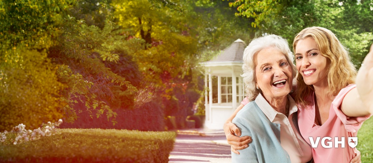 Junge Frau hält eine ältere Damen im Arm