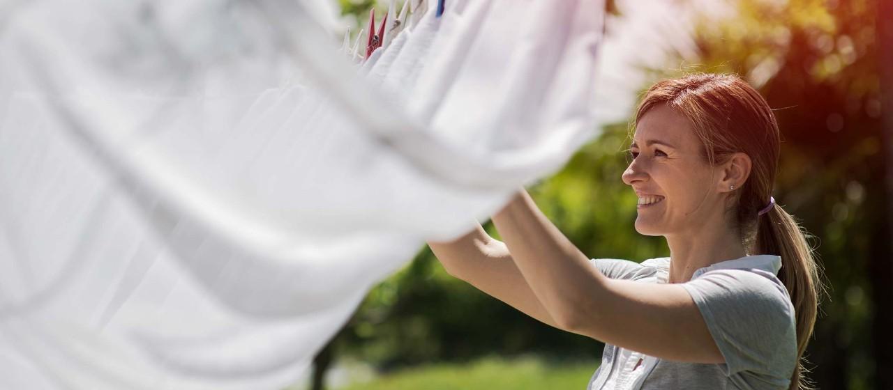 Junge Frau an der Wäscheleine