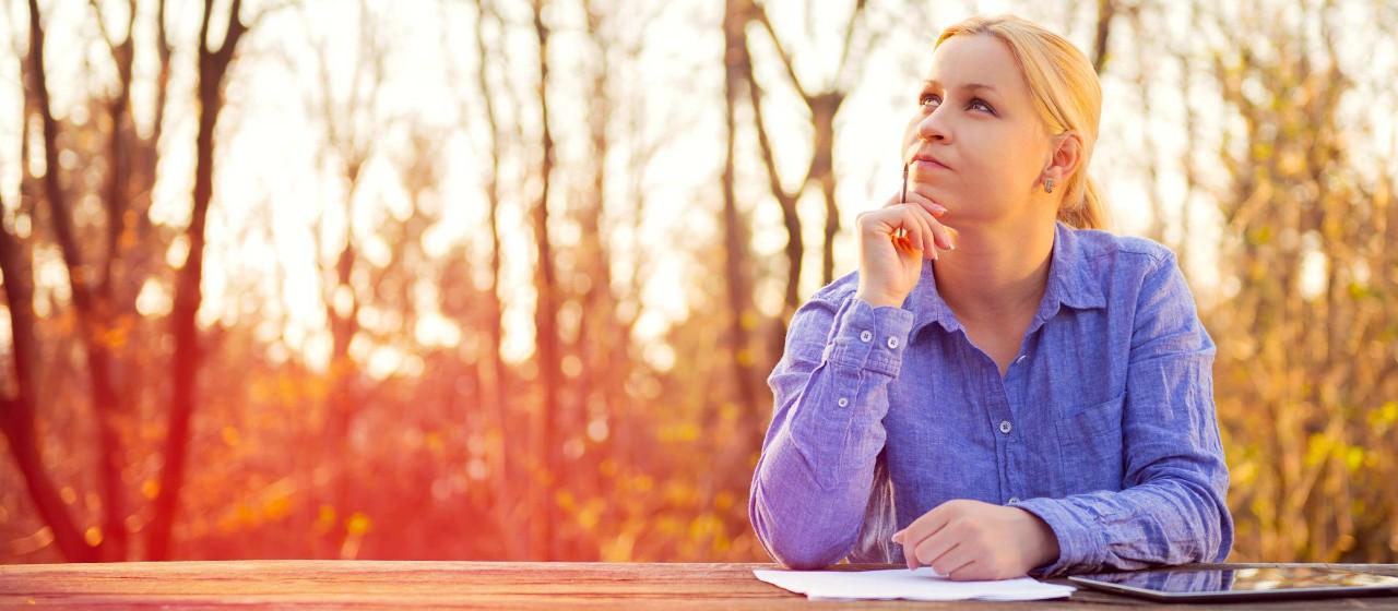Frau mit Stift und Papier im Freien