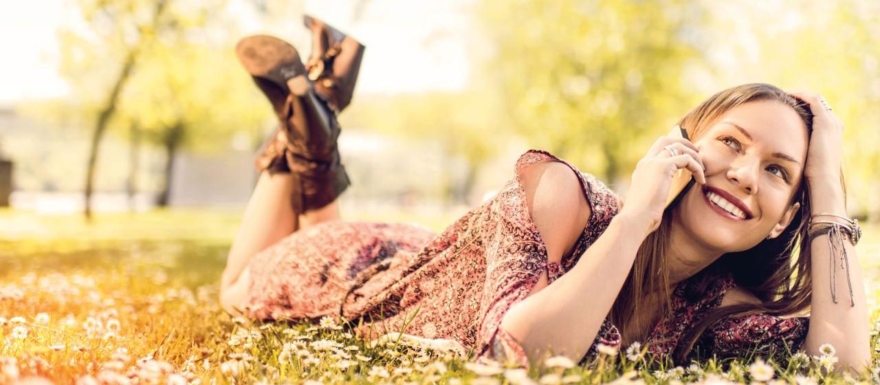 Frau mit Smartphone in der Natur